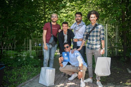 Первому выпуску Высшей IT-школы вручили дипломы в Летнем дворике НБ